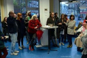 Vernissagengäste bei der Ausstellung von Annette Kutz